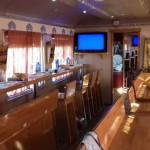La zona bar del Treno con i tavoli rivolti veso i finestrini panoramici