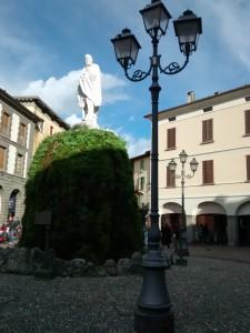 La statua a Garibaldi nell'omonima piazza