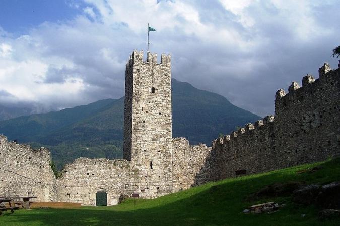Una delle torri del castello di Breno dall'interno
