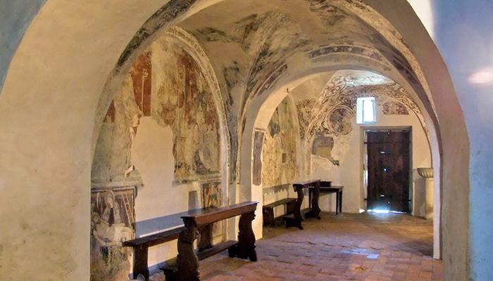 La sala della Disciplina con gli affreschi sulla Passione di Gesù nel monastero di Provaglio